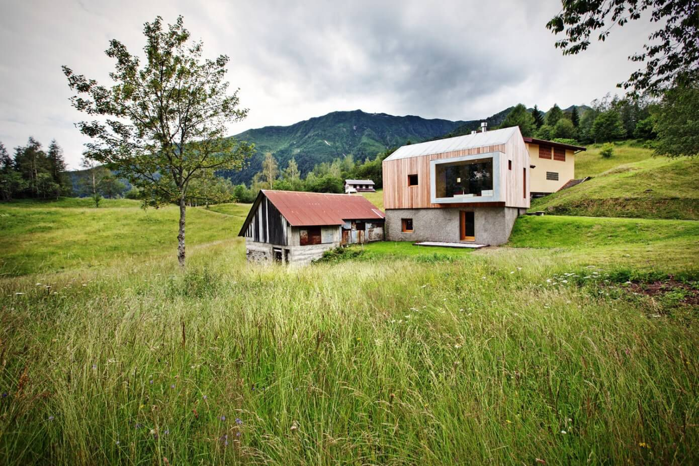 building with a contemporary character and the mountains in the surrounding landscape