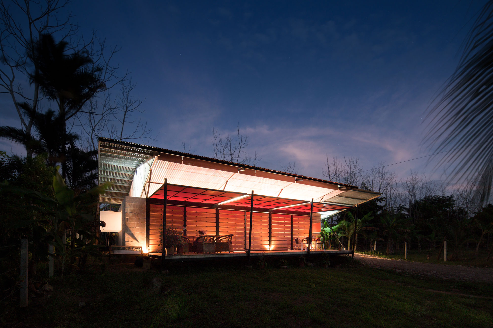 Environmentally adaptable cabin in Costa Rica (3)