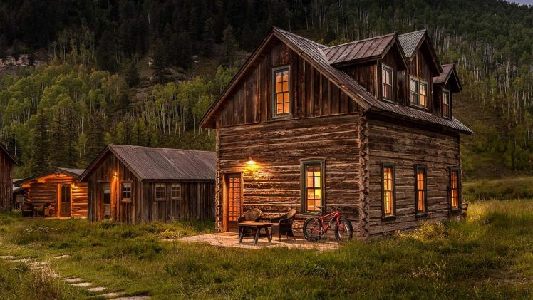 Tipping is a magnificent log cabin with rustic wood and a large dormer. On the spacious lawn there are also ...