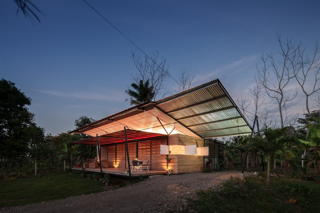 Environmentally adaptable cabin in Costa Rica