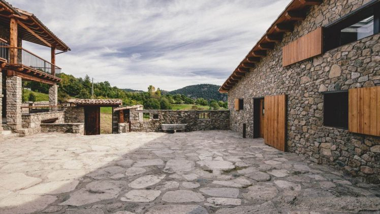 This project takes place in a small village in La Cerdanya, on the north valley side, south oriented the village's ...