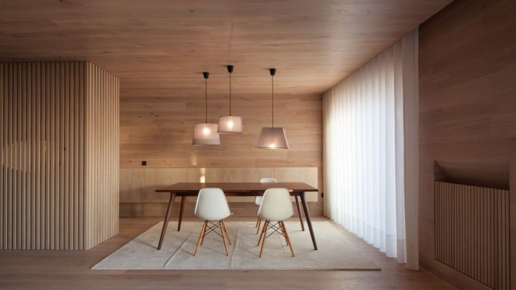 The project is based on the transformation of a 95 m2 seafront apartment, for seasonal use, mainly out of the ...