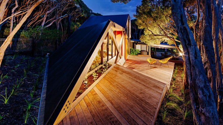 Cabin 2 is a self-contained extension to an existing 1960s log cabin located in bay side Blairgowrie.