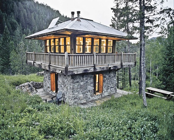 Cozy cabin in Montana built like lookout fire tower