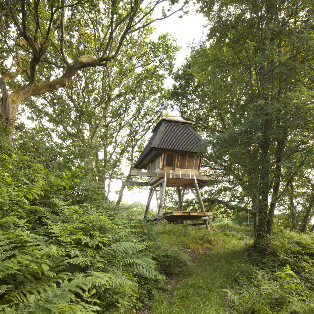 Architecture practice Nozomi Nakabayashi designed a tiny stilted hut stands among oak trees in Dorset, England. The treehouse-like structure consists ...