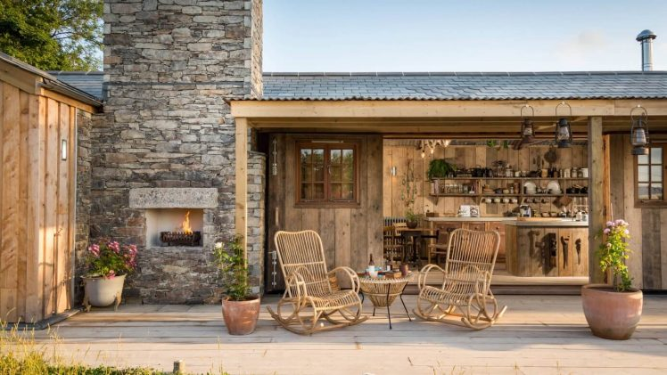 In the corner of the picturesque village of North Cornwall hides a beautiful wooden cottage.