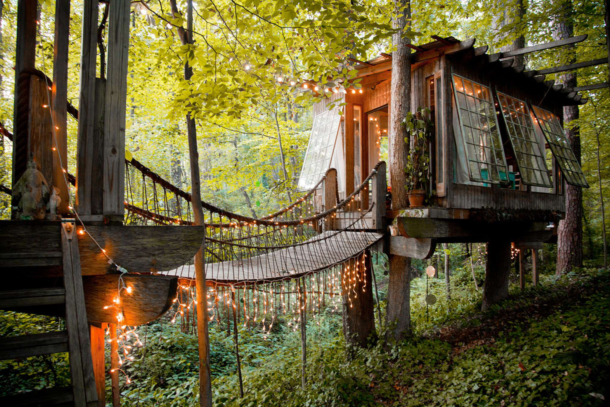 Surely you've been dreaming of a small tree-house as a child. Environmentalist Peter Bahouth bring the construction of houses among ...
