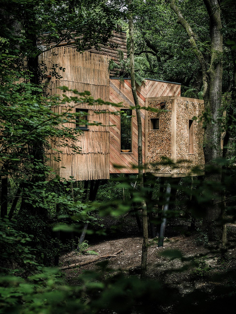 wood treehouse with log wall and wooden screen design ideas
