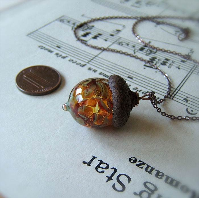Even autumn fruits can be lovely, which was recognized by bullseyebeads, who started producing acorn glass pendants.