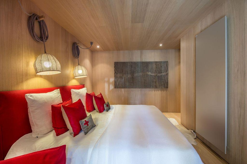 wood wall and ceiling, bed with lamp decoration ideas, bedroom design