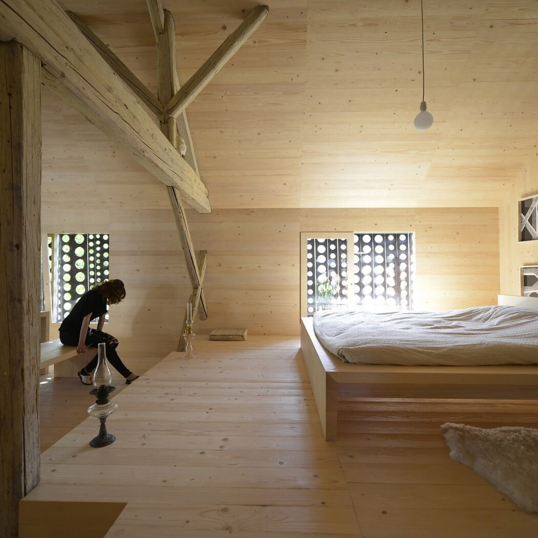 wood floor wall and open ceiling, wooden bed, bedroom design ideas, barn house