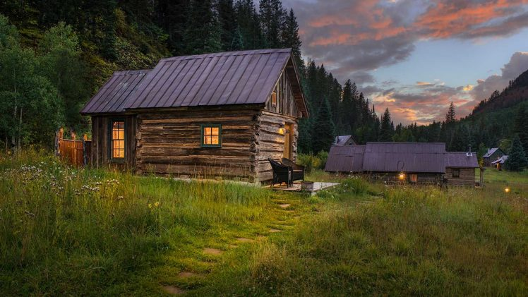 Echo log cabin is a small, comfortably furnished cabin. The rustic appearance connects nicely with cute furniture as well as ...