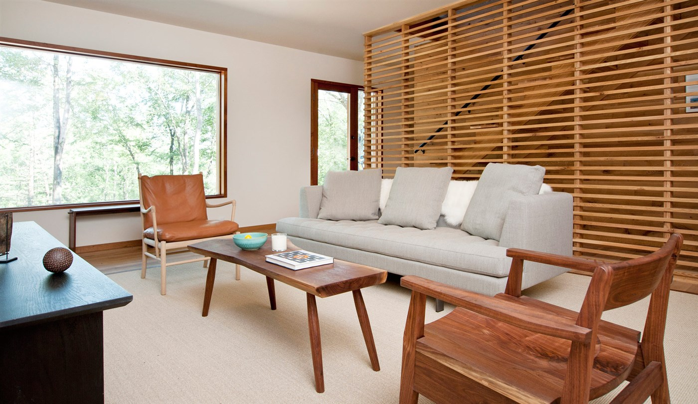 wood screen, coffee table and chair, living room design ideas