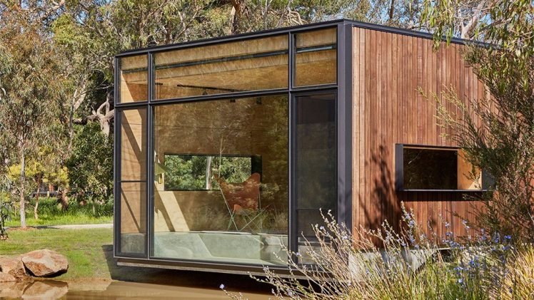 The retreat is very practical as it is equipped with a series of modular features. Each of the plywood walls ...