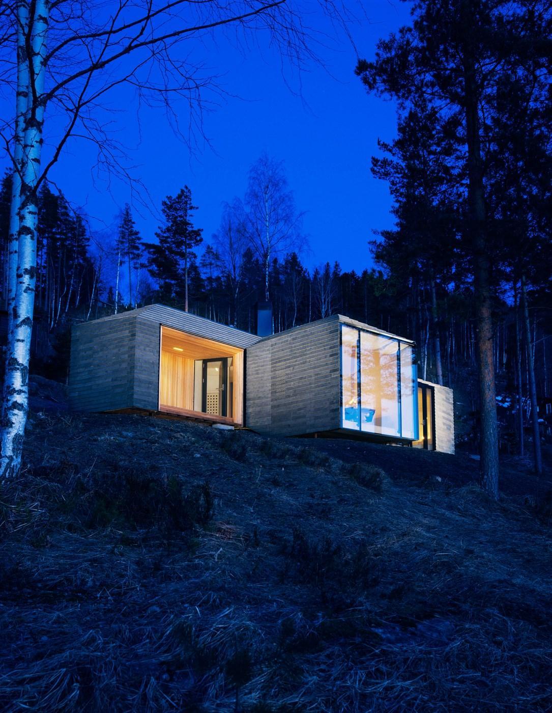 woodn cabin in the night