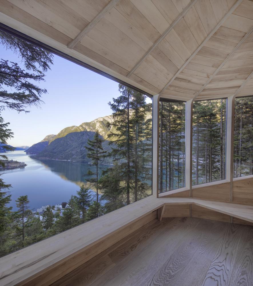 Cozy wood treehouse design